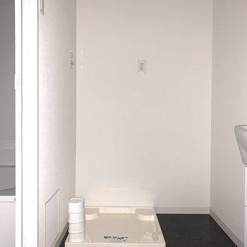 奥には洗濯機置場。(※フラッシュ撮影です)