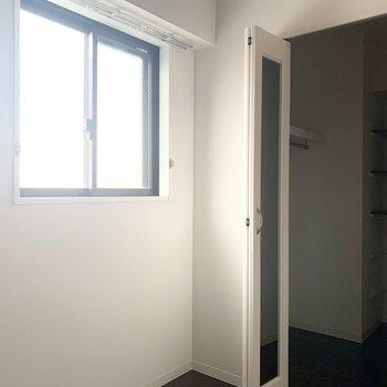 【洋6】開閉可能な窓があるのも嬉しいポイント。その奥は、