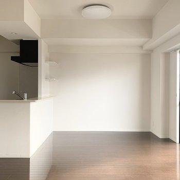 キッチン裏には棚付き。何を飾りましょう?