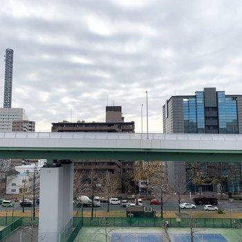 眺望はビルと高速道路とテニスコート。