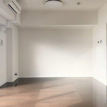 東西は一面壁。家具の配置に重宝します。
