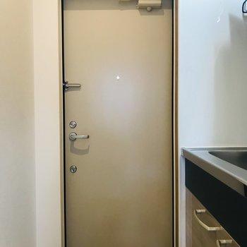 キッチン横が玄関です