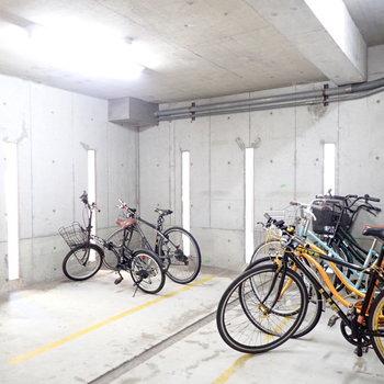 駐輪場は建物内です。