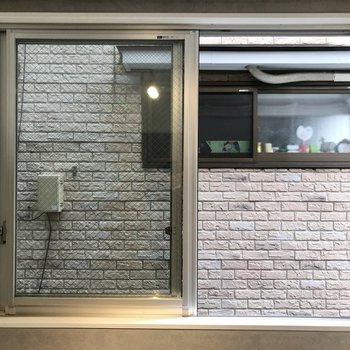 キッチン近くの窓からの眺め。