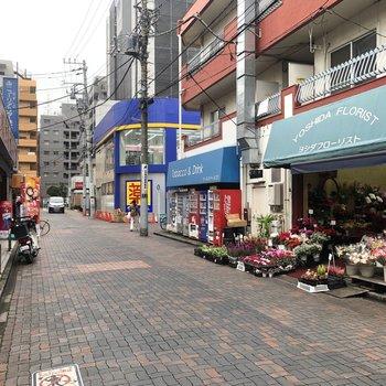 商店街を通ります。