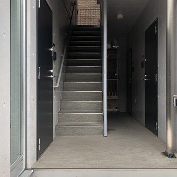 階段を降りてきまして。