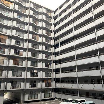 マンションの中心は駐車スペースとして、回廊になっています。