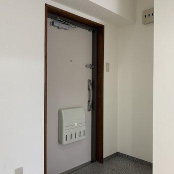 玄関に収納がないので、棚を置いて収納しましょう!