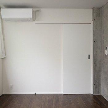 スライドドアなのでインテリアの配置が楽になります。※写真は1階の同間取り別部屋のものです