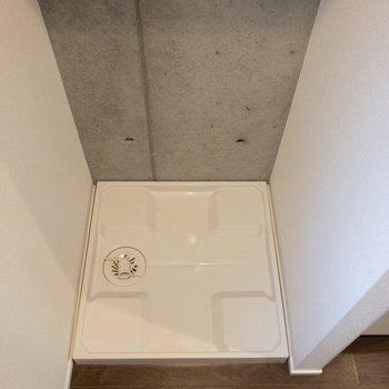 キッチンの横には洗濯機置場。※写真は1階の同間取り別部屋のものです