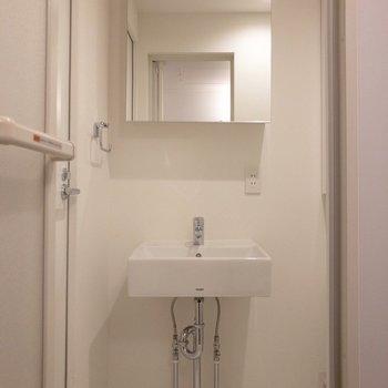 シンプルな洗面台。※写真は1階の同間取り別部屋のものです