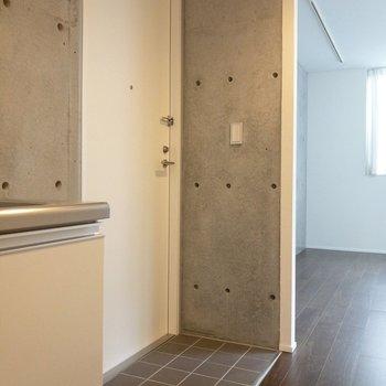 玄関はフラットタイプ。※写真は1階の同間取り別部屋のものです