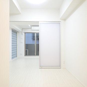 お部屋はスタイリッシュな扉で仕切ります。