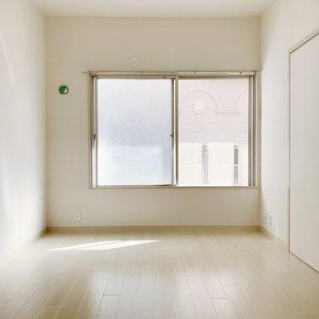 まずは奥の6帖の洋室から!東向きだけどこのように陽がはいりますよ。