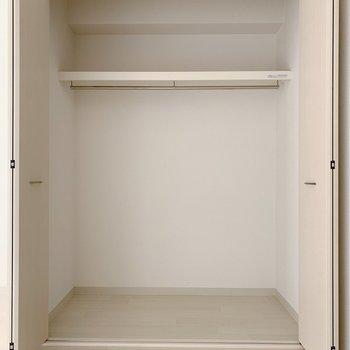 奥行きも横幅もいい感じ!仕切りがないので、ボックスを置いたり、吊り下げ収納を活用すると良いかも!