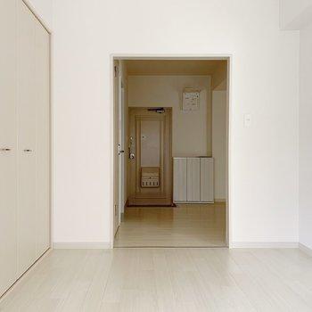 奥に玄関が見えますね。こちらのお部屋には仕切りがないのです。突っぱり棒にカーテンするのがベター。