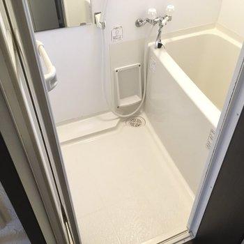 お風呂は1段たかくなっているのでつまづきに注意です。