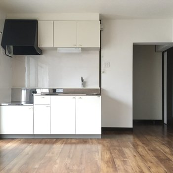 冷蔵庫はキッチン横のスペースに。6ドアのサイズも入りそうです。
