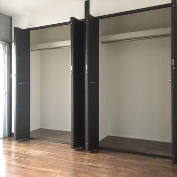 【洋室①】収納はたっぷりサイズ。カップルさんなら、右は彼氏で〜左は彼女かな?