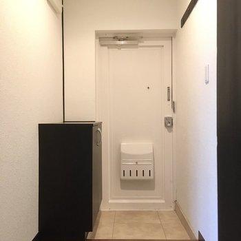 玄関はゆったり。白のドアが清潔感ありますね。