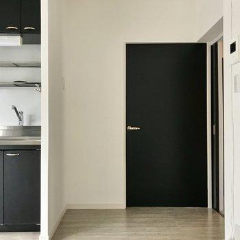 キッチン横の扉から洋室②へ。