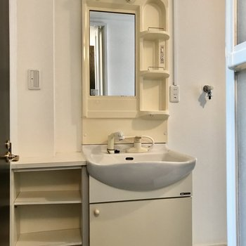 洗面台はシングルレバー!棚には歯磨きや化粧品を置けますね。