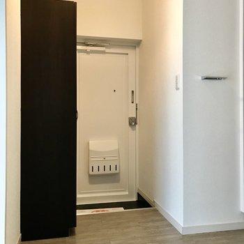 玄関はゆったり。白のドアが清潔感ありますね。(※写真は清掃前のものです)