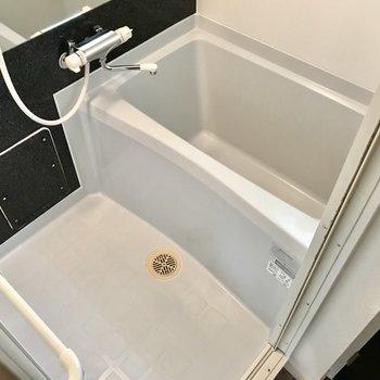 サーモ水栓で鏡も大きいんです◎ 窓もあるので換気もできますね。