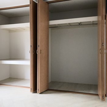 【洋室①】収納はたっぷりサイズ。左はカラーボックスを入れて収納を。