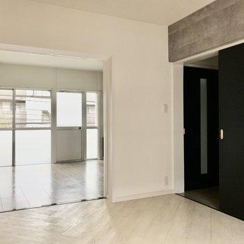 【洋室①】ドアを開けると開放感ありますよね!