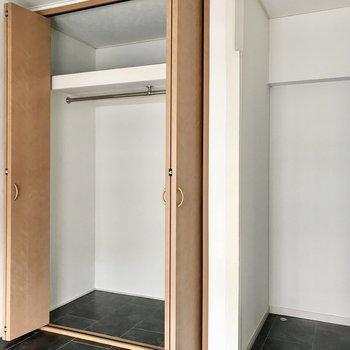 【洋室②】コートやワンピースも掛けられる収納もありました。