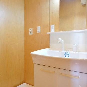 脱衣所には洗面台と洗濯機置場がセットに。