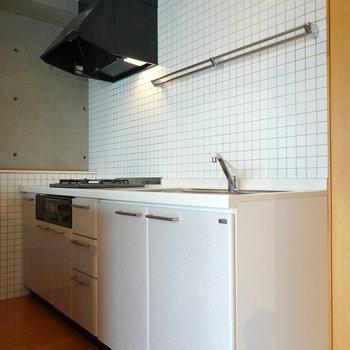 【キッチン】壁面のタイルがかわいらしく、クールでもある。