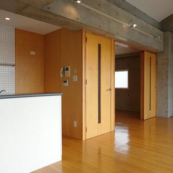 真ん中が廊下、右が洋室への扉です。