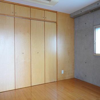 【洋室】6帖の広さ。収納もあり、個室としても寝室としても使える。