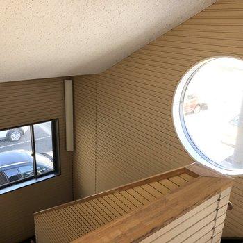 エントランスに降りる階段には丸い可愛らしい窓がありましたよ。