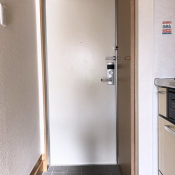 玄関はシンプルに。※ 写真は通電前のものです・一部フラッシュを使用して撮影しています