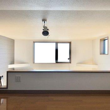 天井にはスポットライトと、暑い時は扇風機が使えますね。※ 写真は通電前のものです