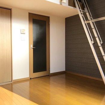 ロフトに繋がる階段です。壁の色と合いますね。