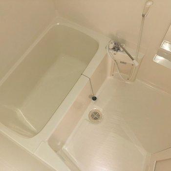 浴槽も広々としています。※ 写真は通電前のものです・一部フラッシュを使用して撮影しています