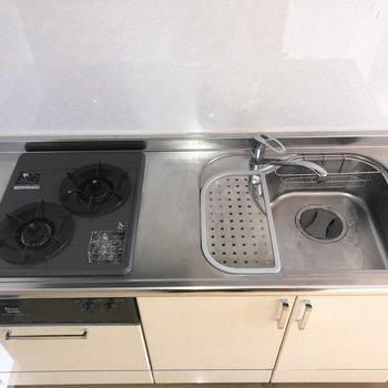 キッチンは2口コンロで洗い場も広いので料理の幅も広がりますね。※ 写真は通電前のものです・一部フラッシュを使用して撮影しています