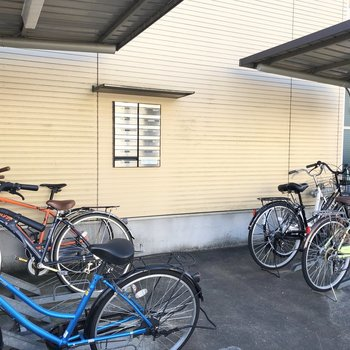 自転車置き場、メールボックスは一緒に。