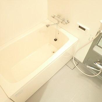 お風呂はグレーな色合い。