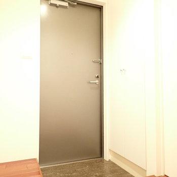 玄関は脱ぎ履きに十分な広さ。