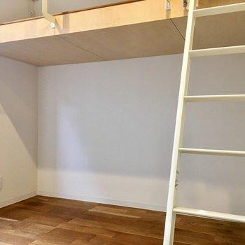 ベッド下に棚を置いて収納スペースに