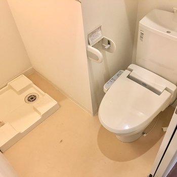 洗濯機置き場はトイレと一緒です