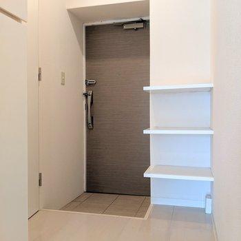 玄関スペースも広々です。この棚を有効に使いたいな。(※写真は2階の同間取り別部屋のものです)