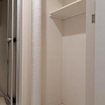 その後ろに洗濯パン。タオル置き場あります。(※写真は2階の同間取り別部屋のものです)