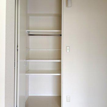 クローゼットの棚は可動式なのでロングコートもOK。入り口は狭いけど、中はもう少し横幅があります。(※写真は2階の同間取り別部屋のものです)