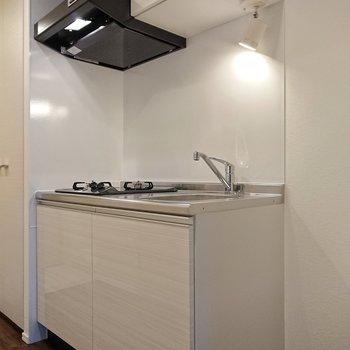 キッチンの照明がスポットライトでなんだかお洒落。※写真は前回募集時のものです